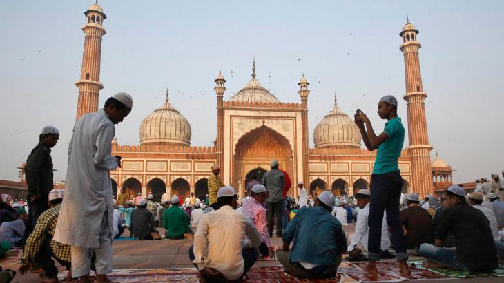 مسلمون يصلون في أحد مساجد نيودلهي خلال عيد الأضحي.  Foto: Reuters/Ahmad Masood
