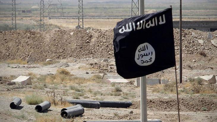 """Fahne des """"Islamischen Staates"""" auf der Straße von Tikrit nach Kirkuk; Foto: Imago/Xinhua"""