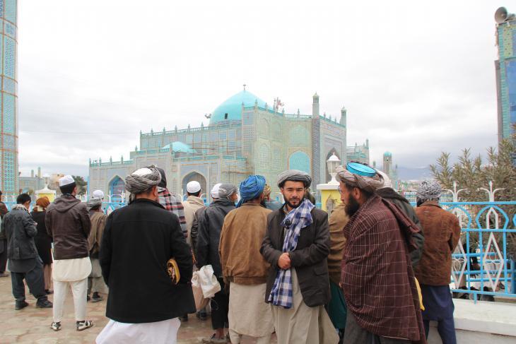 مسلمون عند المسجد الأزرق في مزار الشريف. Foto: Marian Brehmer