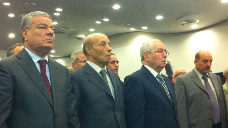 FLN-Generalsekretär Amar Saadani (ganz links im Bild); Foto: DW/ Y. Boudhane