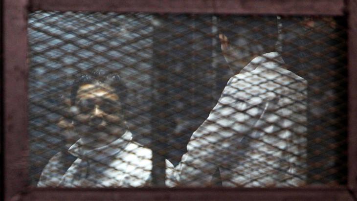 أعضاء من جماعة الإخوان المسلمين خلال محاكمة في القاهرة.  Foto: Reuters/M. Abd El Ghany