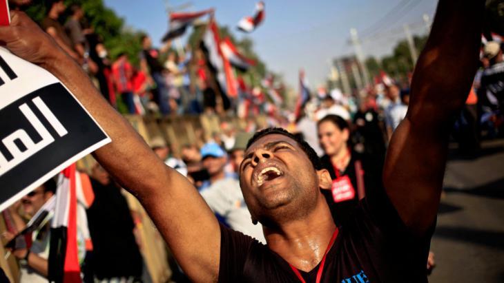 متظاهر في القاهرة يحتج ضد خكم السيسي العسكري. Foto: picture-alliance/AP Photo/Khalil Hamra