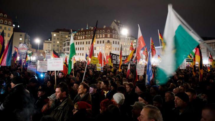 حركة بيغيدا اليمينيَّة الشعبويَّة تتظاهر أسبوعيًا كل يوم اثنين في مدينة دريسدن عاصمة ولاية سكسونيا الألمانية: Foto: picture-alliance/dpa