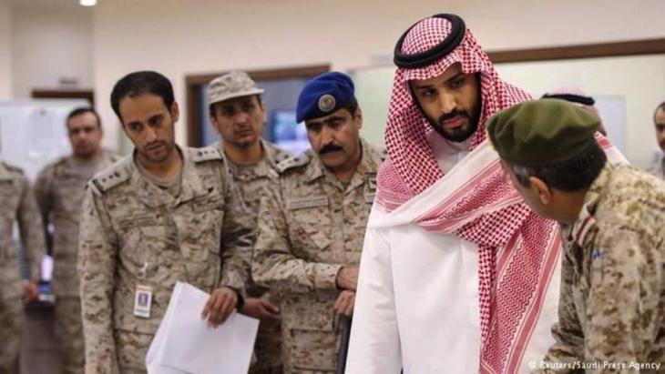 """وزير الدفاع السعودي الأمير محمد بن سلمان في مركز عمليات القوات الجوية للإشراف على عملية """"عاصفة الحزم""""."""