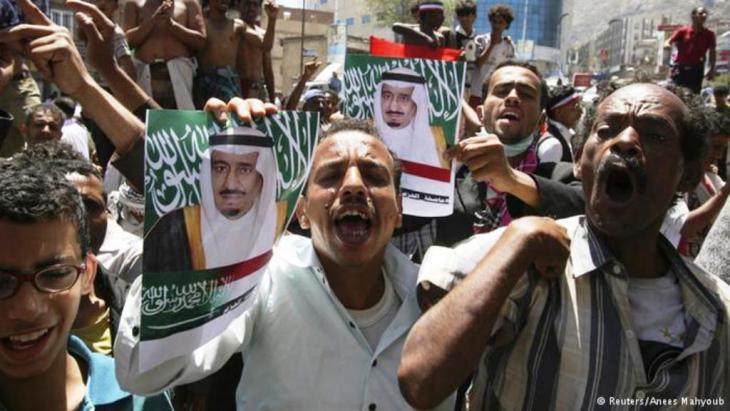 بعد التدخل العربي العسكري خرج مئات من اليمنيين في عدن رافعين شعارات موالية للرئيس عبد ربه منصور هادي وصور لملك السعودية سلمان بن عبد العزيز.