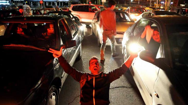 البهجة في شوارع طهران بعد الإعلان عن اتِّفاق لوزان.  Foto: Reuters