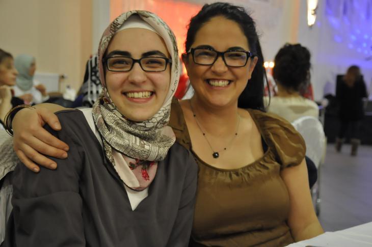 Elifcansu Güler (links im Bild) gemeinsam mit ihrer Schwester Banu; Foto: Canan Topçu