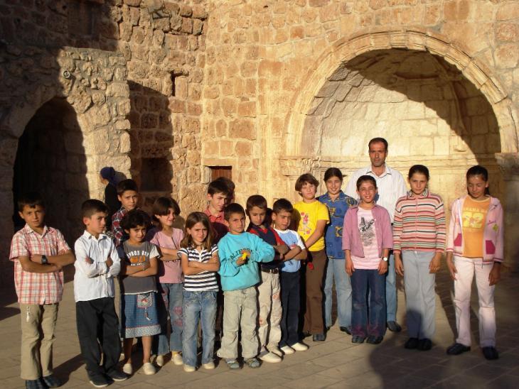 تلاميذ عند كنيسة في طور عبدين في جنوب شرق تركيا. Qantara.de
