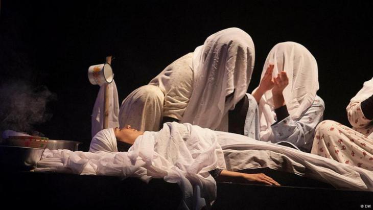 قطعة من إحدى المسرحيات التي عرضت بمهرجان المسرح العربي في الرباط