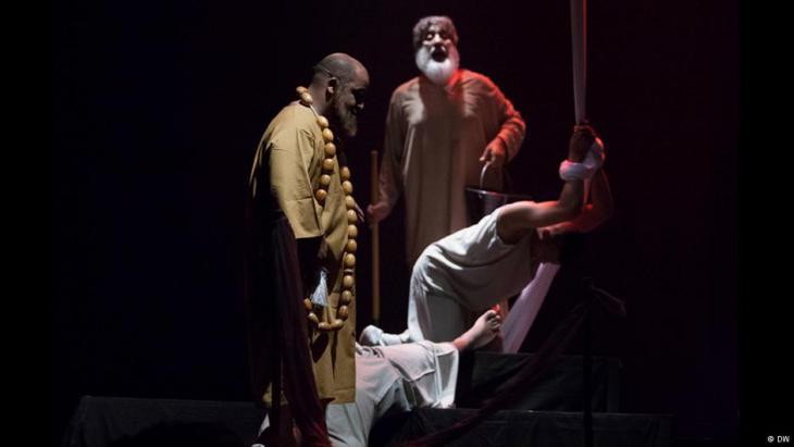 قطعة من إحدى المسرحيات التي عرضت بمهرجان المسرح العربي في العاصمة المغربية الرباط.