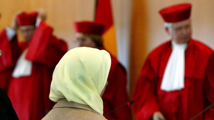المعلمة المسلمة فريشتا لودين وهي تدافع عن الحجاب في المحكمة الدستورية العليا في مدينة كارلسروه ألمانيا بتاريخ 24 / 09 / 2003.   Foto: picture-alliance/dpa/U. Deck
