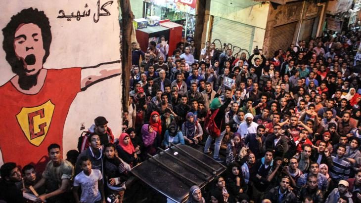 Young people commemorate Egyptian activist Gaber Salah in Cairo (photo: picture-alliance/dpa)