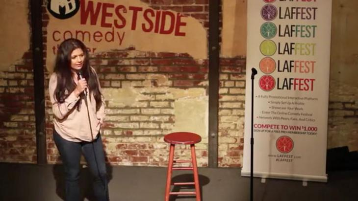 في مسرح ويستسايد للكوميديا: الفنانة الكوميدية المسلمة منى شيخ على المسرح في الولايات المتحدة الأمريكية. (photo: Westside Comedy Theater)