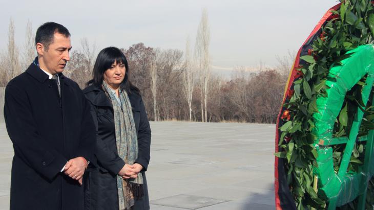 Der türkischstämmige Grünen-Vorsitzende Cem Özdemir und die ebenfalls türkischstämmige Grünen-Abgeordnete Ekin Deligöz stehen am 12.03.2015 in der Völkermord-Gedenkstätte Tsitsernakaberd in Eriwan (Armenien); Foto: Thomas Körbel/dpa