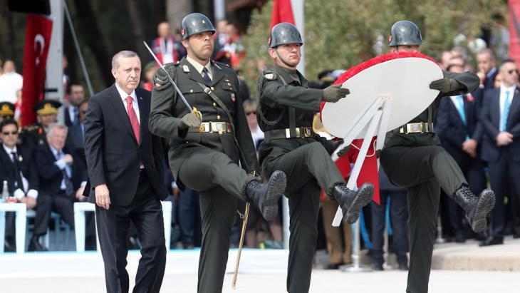 الرئيس إردوغان يصل لوضع إكليل من الزهور على نصب شهداء جنَك قلعة في مدينة جنك قلعة، خلال مراسم إحياء الذكرى المئوية لمعركة جاليبولي.  24 April 2015 (photo: AFP/Getty Images/A. Altan)