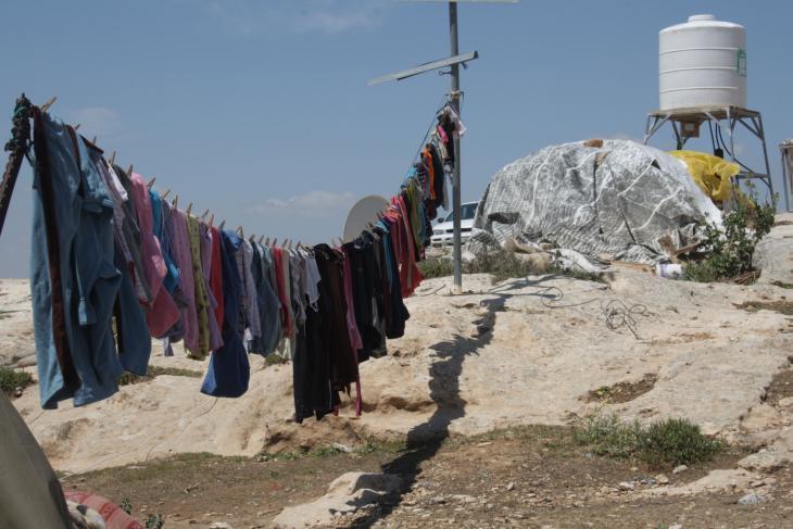 ملابس معلقة في قرية سوسية الفلسطينية. (photo: Ylenia Gostoli)