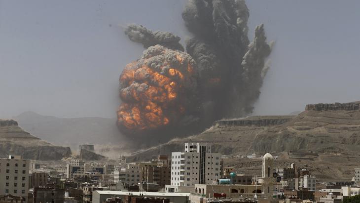 ضربات التحالف العربي بقيادة السعودية على أسلحة أنصار الحوثي وصالح ومواقعهم العسكرية في اليمن . Foto: Reuters/K. Abdullah