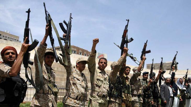 الحوثيون يتظاهرون ضد الضربات الجوية السعودية في اليمن الصورة د ب ا