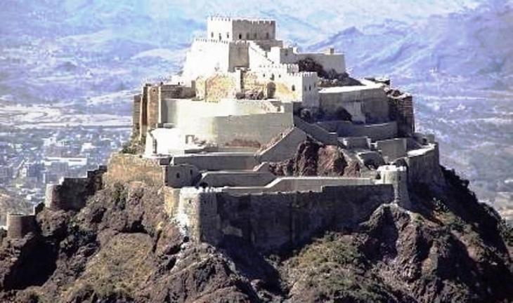 قلعة القاهرة المطلة على مدينة تعز في اليمن al-qahira_Castle_Cairo_Castle_Taiz_Yemen_Wikipedia