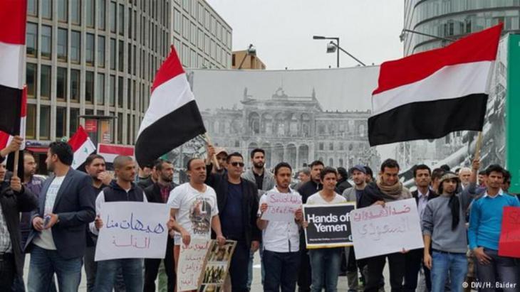 مظاهرة لبعض اليمنيين في العاصمة برلين ضد عمليات التحالف العربي العسكري  بقيادة السعودية على مواقع الحوثيين وصالح في اليمن