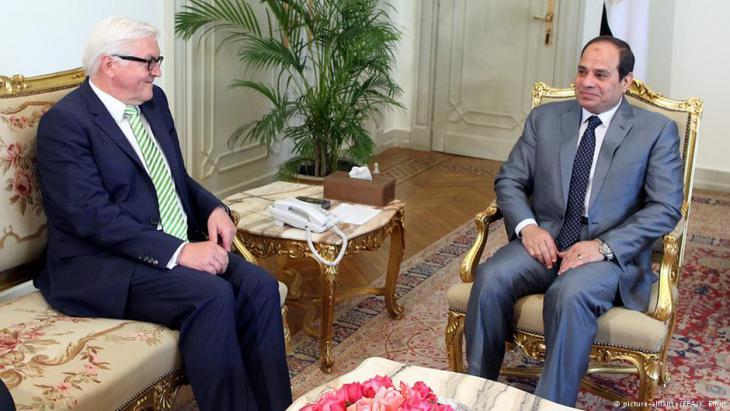 الرئيس المصري عبد الفتاح السيسي، هنا في الصورة مع وزير الخارجية الألماني فرانك فالتر شتاينماير، يلاحق الإخوان المسلمين بوحشية منذ قيامه بالانقلاب العسكري.  Foto: picture-alliance/EPA/ K. Elfiqi