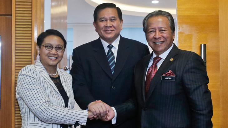 من اليسار: وزراء خارجية إندونيسيا (ريتنو مرسودي) وتايلند (تاناساك باتيمابراغورن) وماليزيا (أنيفا أمان) خلال اجتماع حول الاتجار بالبشر وتهريبهم أقيم في ماليزيا يوم العشرين من مايو 2015. وبعد أن وصل مئات الروهينغا والبنغاليين إلى شواطئ إندونيسيا في وقت مبكر من يوم العشرين من مايو (photo: picture-alliance/dpa/F. Ismail)