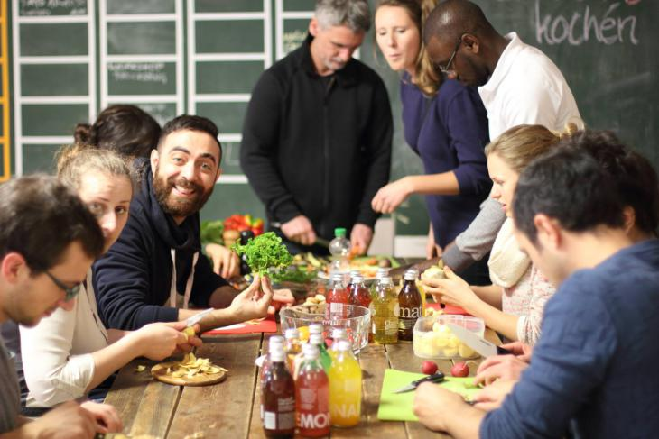 """مشروع """"الطبخ خارج الإطار العام"""". Foto: Über den Tellerrand kochen"""