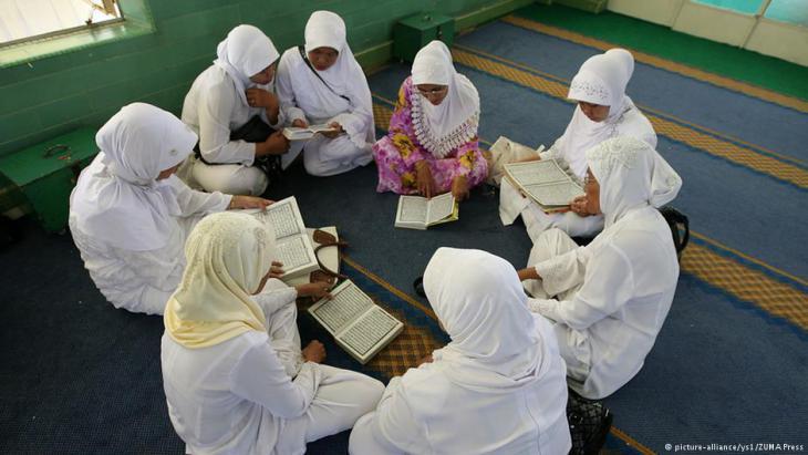 مسلمات إندونيسيات يقرأن القرآن. Foto: picture-alliance/ys1/ ZUMA Press