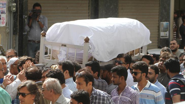 Sarg der verstorbenen Frauenrechtsaktivistin Sabeen Mehmud wird nach dem Anschlag im April in Karatschi zu Grabe getragen; Foto: DW/ R. Saeed