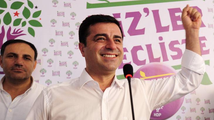 Oppositionsführer Selahattin Demirtaş von der HDP bei einer Pressekonferenz am Wahltag; Foto: Getty Images/AFP/O. Kose