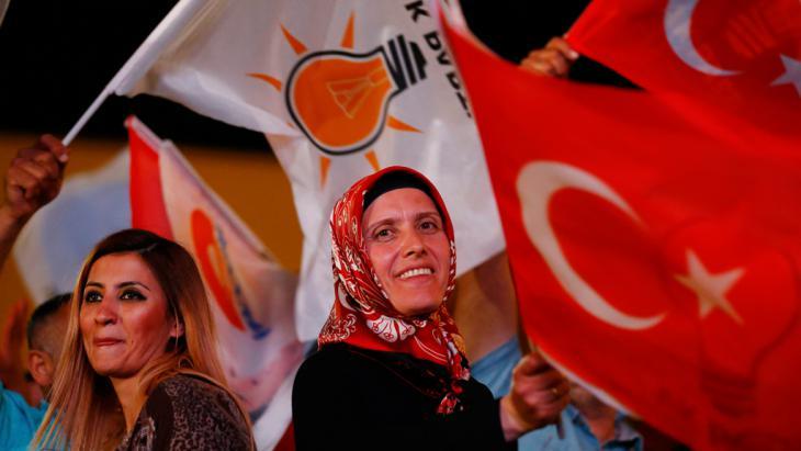 AKP-Anhänger nach dem Bekanntwerden der Wahlergebnisse in Ankara; Foto: Reuters/U. Bekta