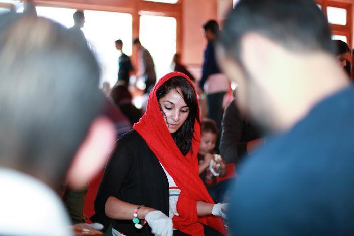 مسلمة شابة تقدم المساعدة الغذائية للمحتاجين. (photo: Abdel-Rahman Bassa)