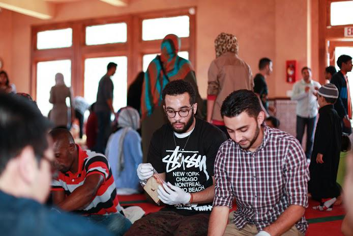 Young Muslims making bag lunches for homeless people (photo: Abdel-Rahman Bassa)