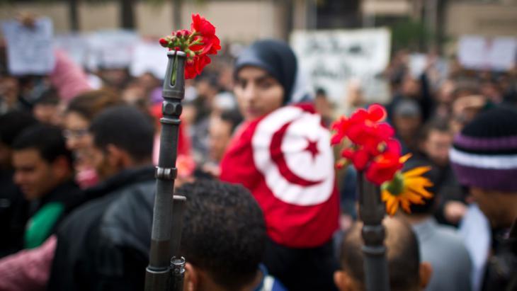 Blumen der Revolution, Tunis - Symbolbild; Foto: AFP/Getty Images/M. Bureau