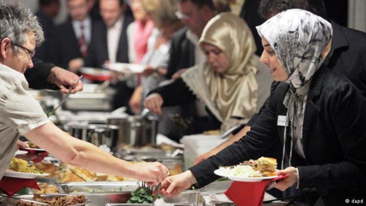إفطار جماعي مشارك فيه مسلمون وغير مسلمين في ألمانيا