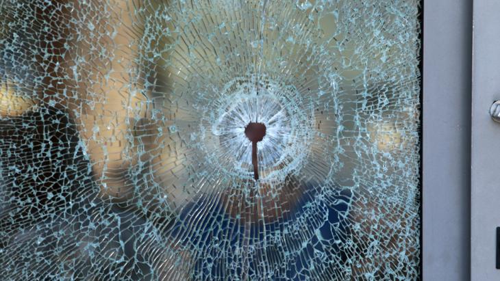 """Einschussloch in einem Fenster des """"Imperial Marhaba Hotels""""; Foto: Reuters/Z. Souissi"""