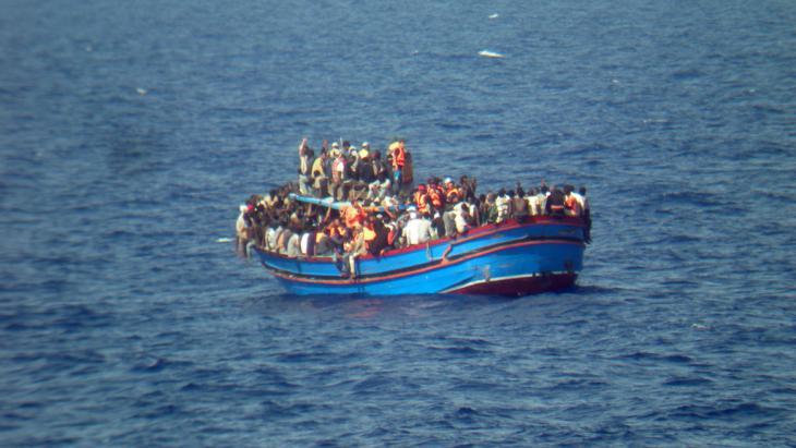 Bootsflüchtlinge aus Nordafrika vor der sizilianischen Küste; Foto: picture alliance/dpa/Italian Navy