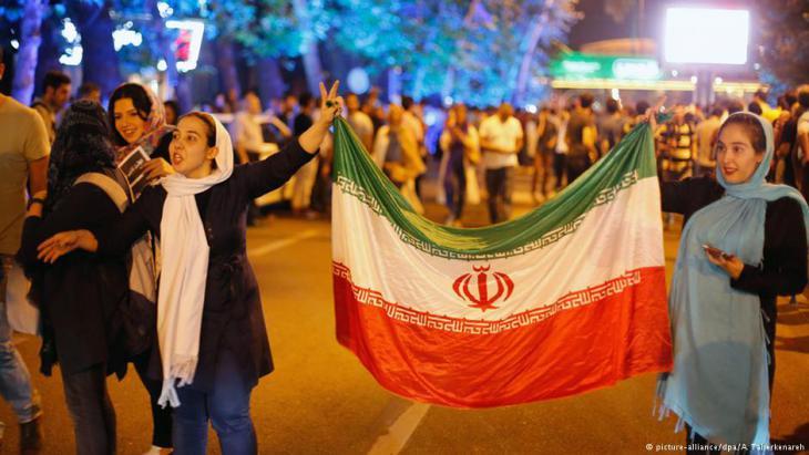 إيرانيون يحتفلون في طهران بـالاتفاق النووي بين إيران والغرب.  Foto: picture-alliance/dpa