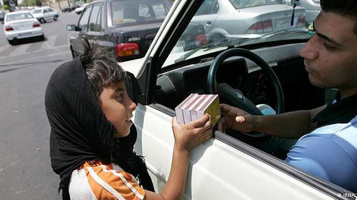 Kind verkauft Waren an einer Straße in Teheran; Foto: Irna
