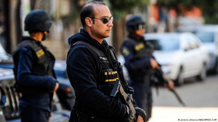يقول سياسيون ونشطاء وحقوقيون إن رجال شرطة عادوا لاستعمال القسوة مع المواطنين والنشطاء في مصر رغم أن التعديات كانت من أبرز أسباب ثورة 25 يناير 2011 ضد سلطوية نظام مبارك.