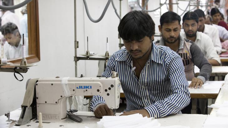 عمال أحد مصانع الملابس في العاصمة الهنديَّة نيودلهي 2014.  (photo: Andrew Caballero-Reynolds/AFP/Getty Images)