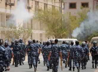 الشرطة الكويتية تفرق مظاهرة للعمال الآسويين في سنة  2008 في مدينة الكويت. (photo: AP Photo/Gustavo Ferrari)