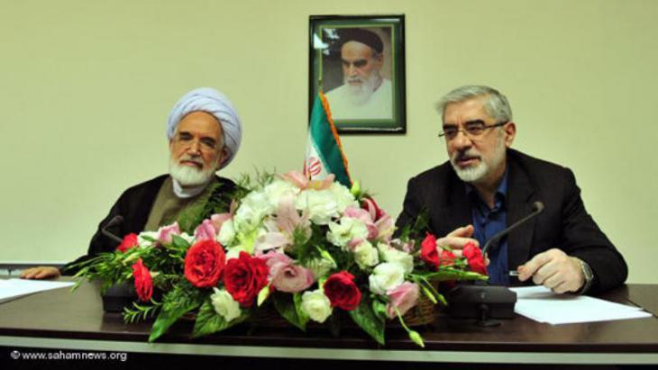 زعيما المعارضة الإيرانية معاً في مؤتمر صحفي، مير حسين موسوي (إلى اليمين) ومهدي كروبي (إلى اليسار). Foto: www.sahamnews.org
