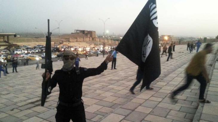 مقاتل في تنظيم الدولة الإسلامية في الموصل. Foto: Reuters