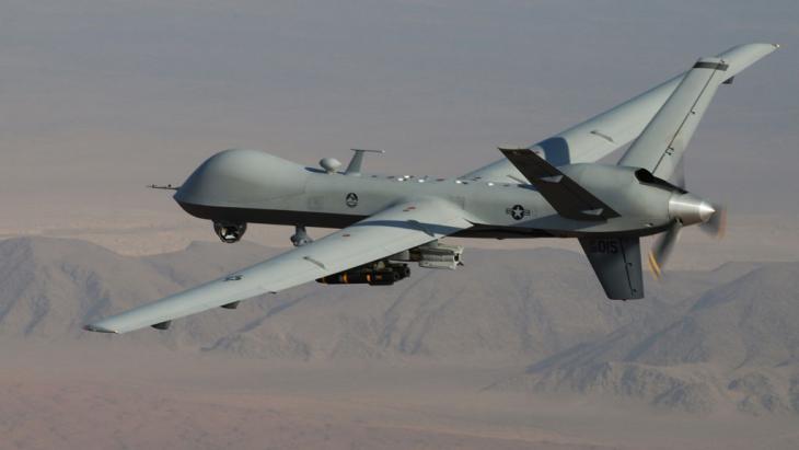 طائرة بلا طيار في إيران. An MQ-9 Reaper armed with GBU-12 Paveway II laser guided munitions and AGM-114 Hellfire missiles during a combat mission over southern Afghanistan (photo: picture-alliance/AP/Air Force/L. Pratt)