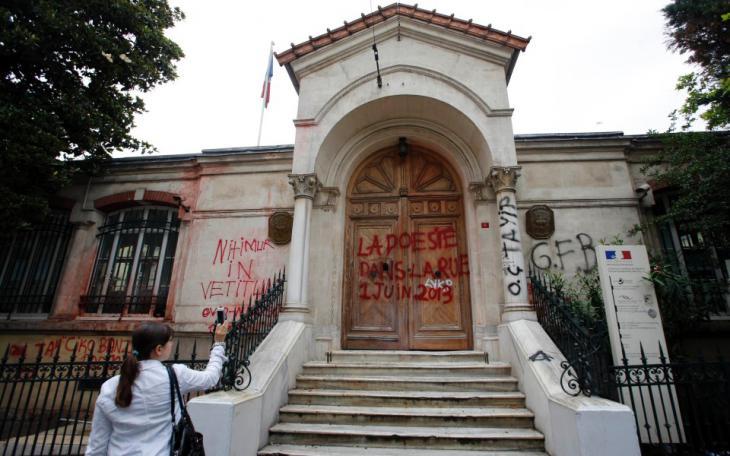 """Spruch """"Die Poesie ist auf der Straße"""" am französischen Generalkonsulat in der zentralen İstiklal Caddesi in Istanbul; Foto: Murad Sezer/Reuters"""