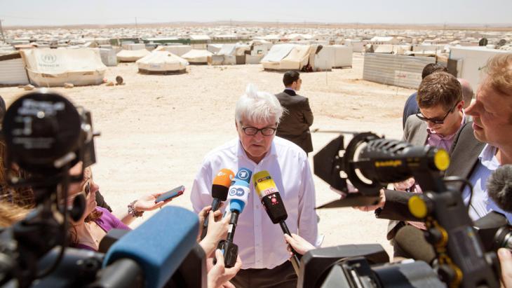 تابع وزير الخارجية الألماني فرانك فالتر شتاينماير أوضاع اللاجئين خلال زيارته للأردن في مايو من العام الماضي 2014. Foto: picture-alliance/ dpa/ J. Carstensen
