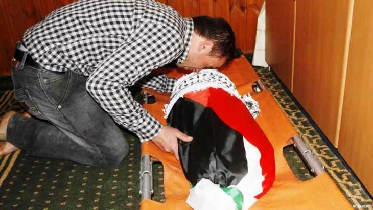 قالت مصادر محلية فلسطينية السبت (الثامن من آب/ أغسطس 2015) إن والد الرضيع الذي قتل حرقاً في قرية دوما بالضفة الغربية توفي في مستشفى إسرائيلي متأثراً بجراحه التي أصيب بها جراء حرق منزله على يد من يشتبه أنهم يهود متطرفون قبل عدة أيام من هذا الإعلان.