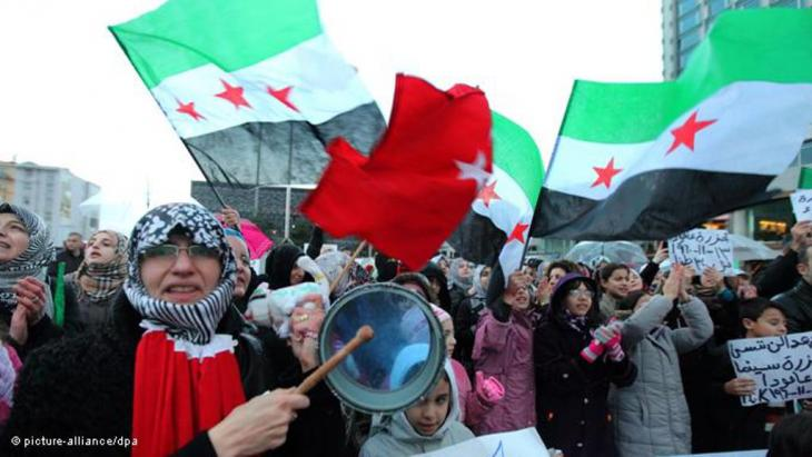 Syrian and Turkish protestors shout anti-Assad slogans during a demonstration in Istanbul, 13 November 2011 (photo: picture-alliance/dpa)