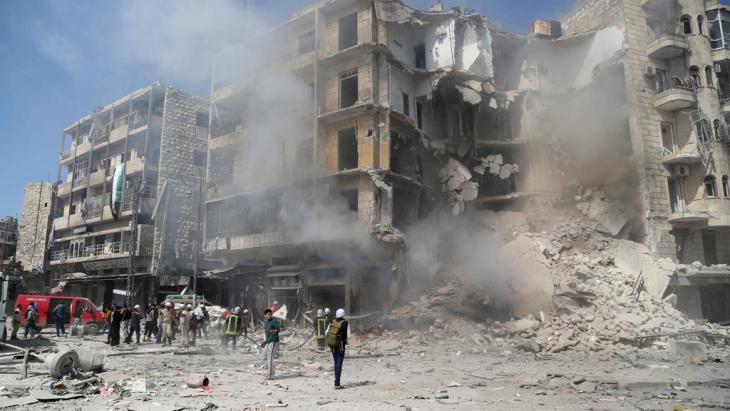 Fassbombenabwurf in Aleppo; Foto: Reuters/Hosam Katan